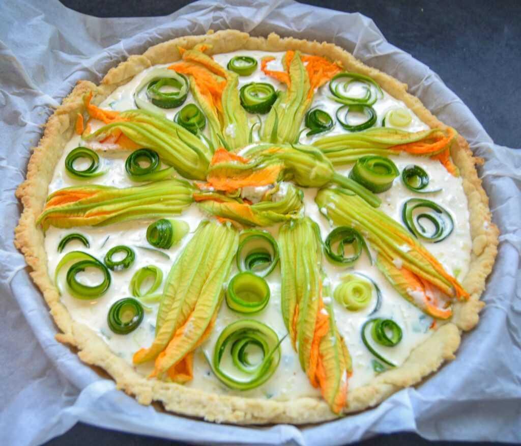 Herzhafte Zucchini Quiche mit Feta und Zucchiniblüten