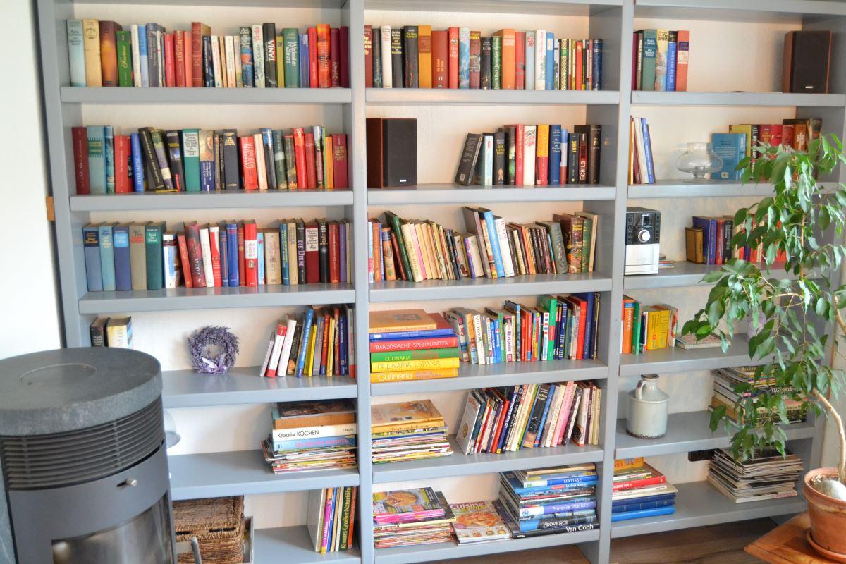 Bücherwand gefüllt mit Büchern