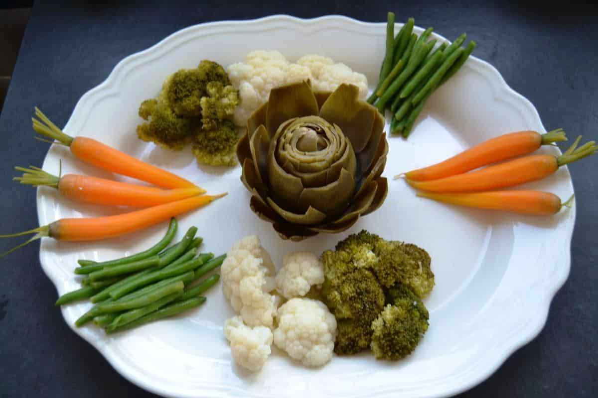 Bohnen , Möhren , Blumenkohl , Broccoli , Artischocke auf einer Platte