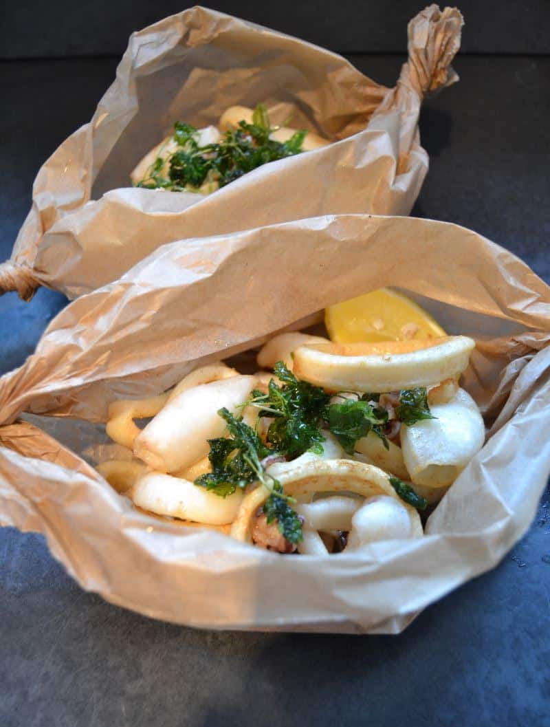 knusprig frittierter Tintenfisch , Petersilie , Zitrone
