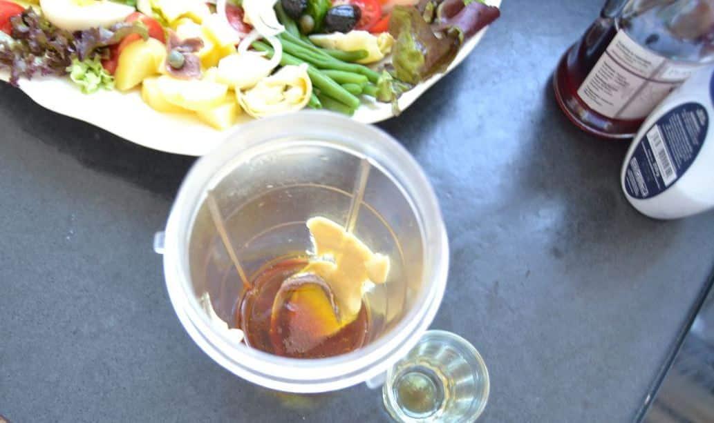 Öl , Senf Essig Dressing im Mixer
