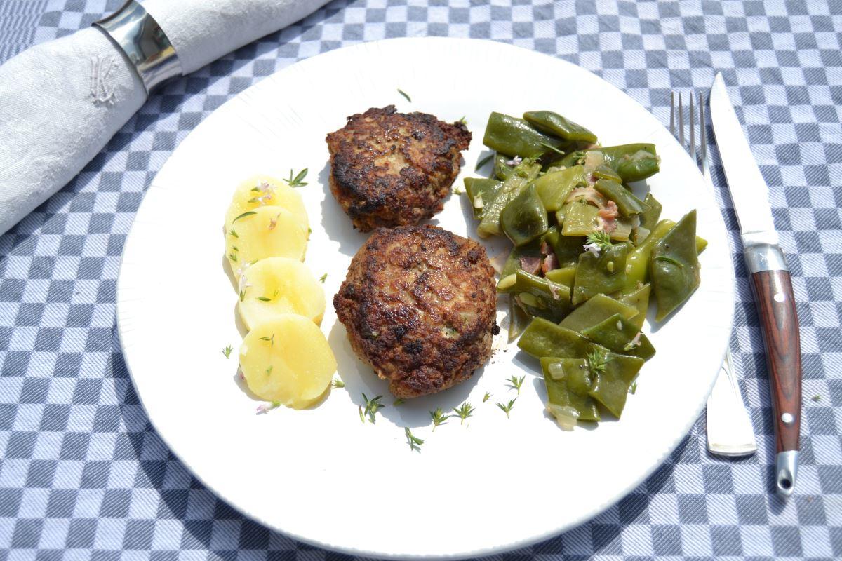 westfälische Schnippelbohnen mit Frikadelle und Kartoffel