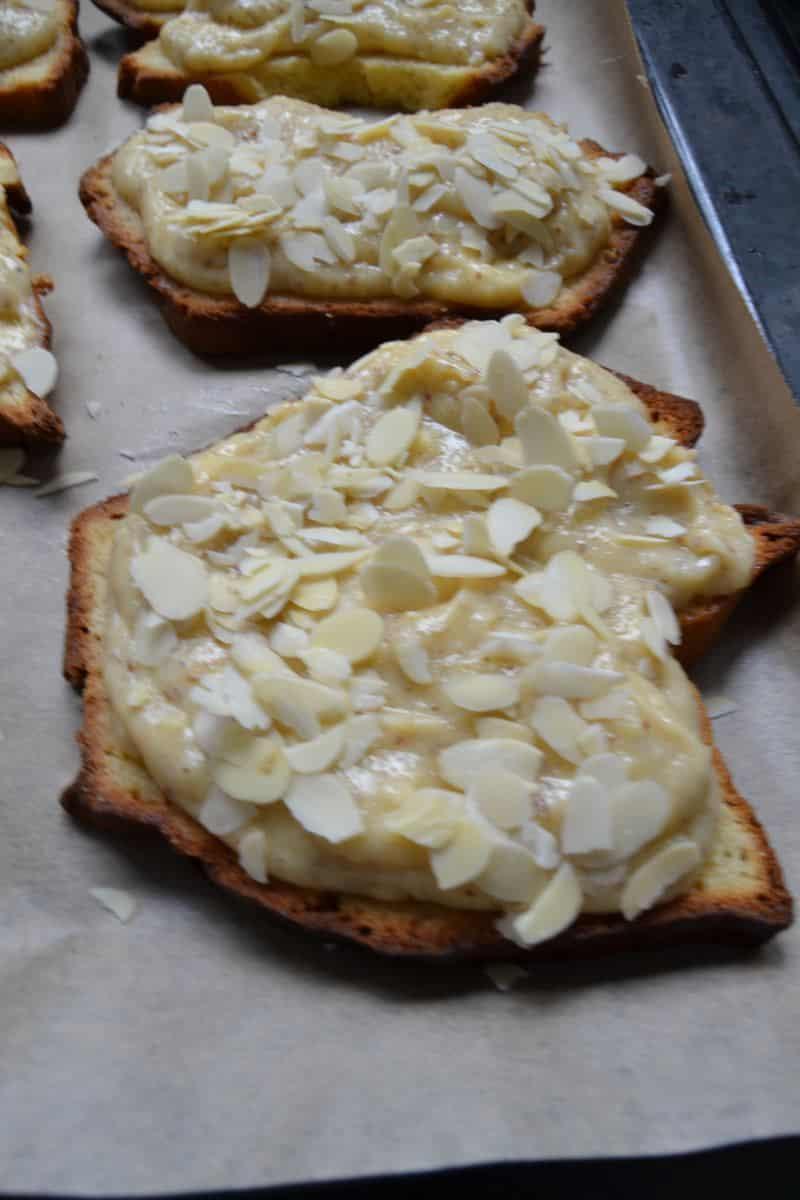 Briochescheibe mit Mandelcreme und Mandeln