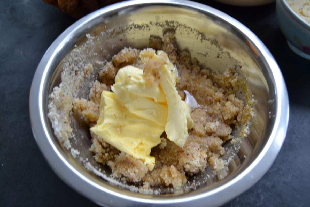 Ei , gemahlene Mandeln, Butter und Zucker