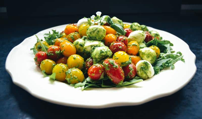 Bunter Tomatensalat mit Mozzarella Kugeln und Rucola