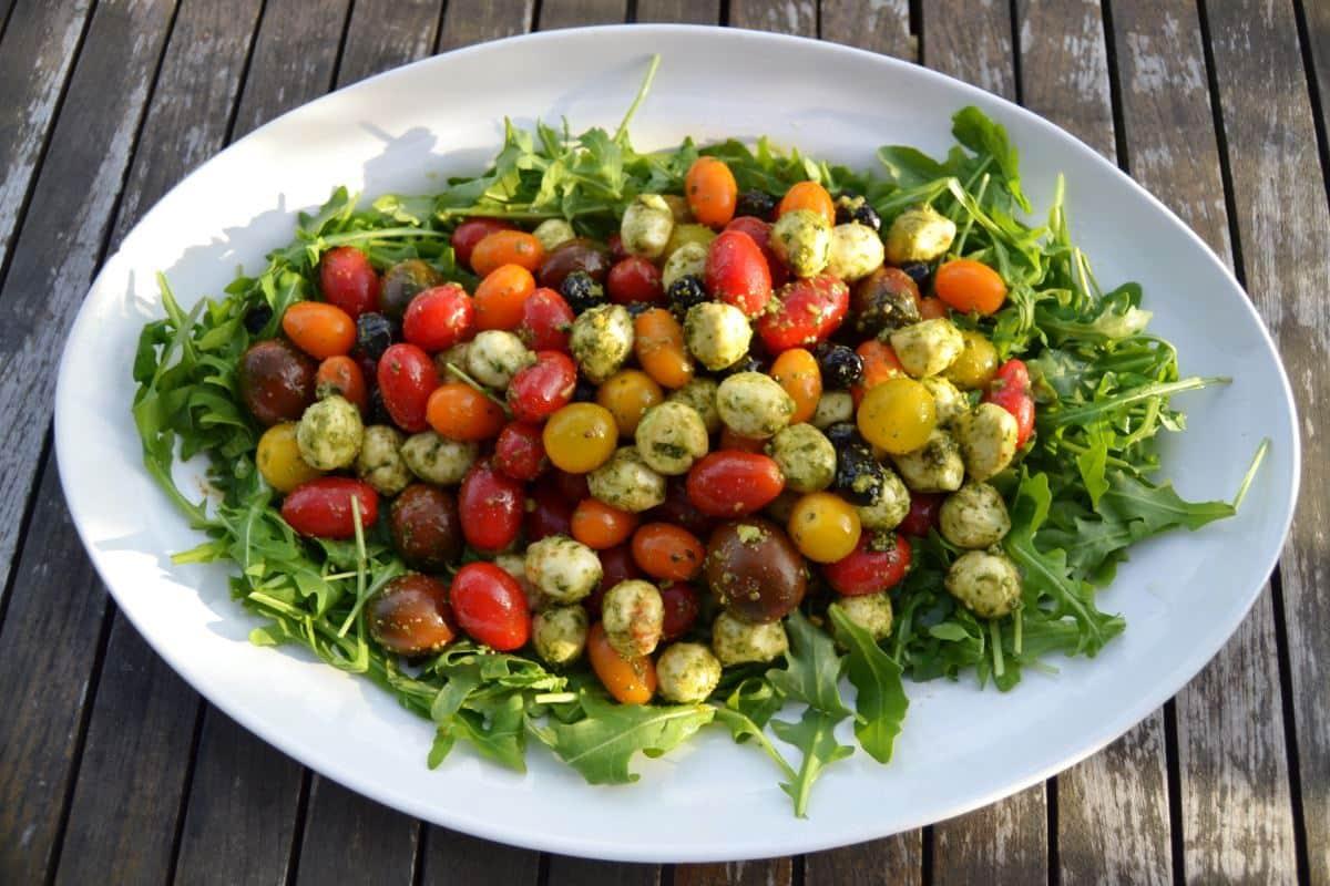 Bunter Tomatensalat mit Mozzarella Kugeln