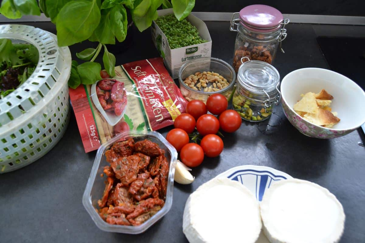 Ziegenkäse , Tomaten , Pistazien ,Basilikum, Mandeln