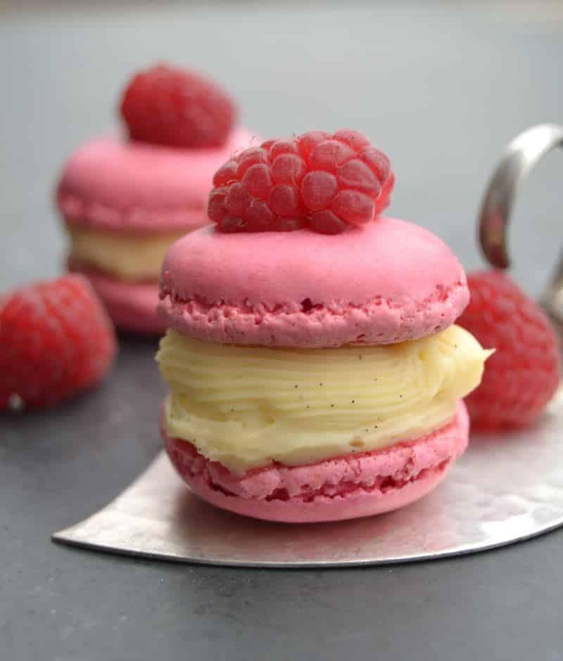 rosa Macarons mit einer Vanillecreme und Himbeere