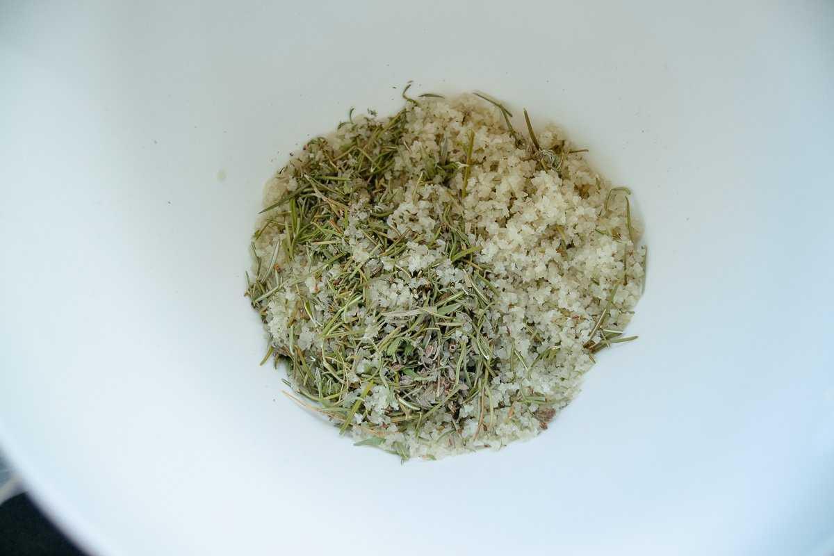 getrockneter Rosmarin, Thymian, Bohnenkraut und Salz