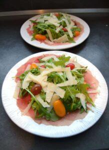 rindercarpaccio-mit-parmesan-und-rucola-