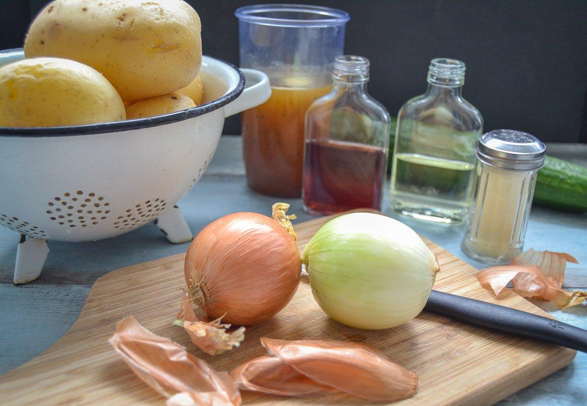 Zutaten Kartoffeln, Brühe, Zwiebel, Essig und Öl für Kartoffelsalat