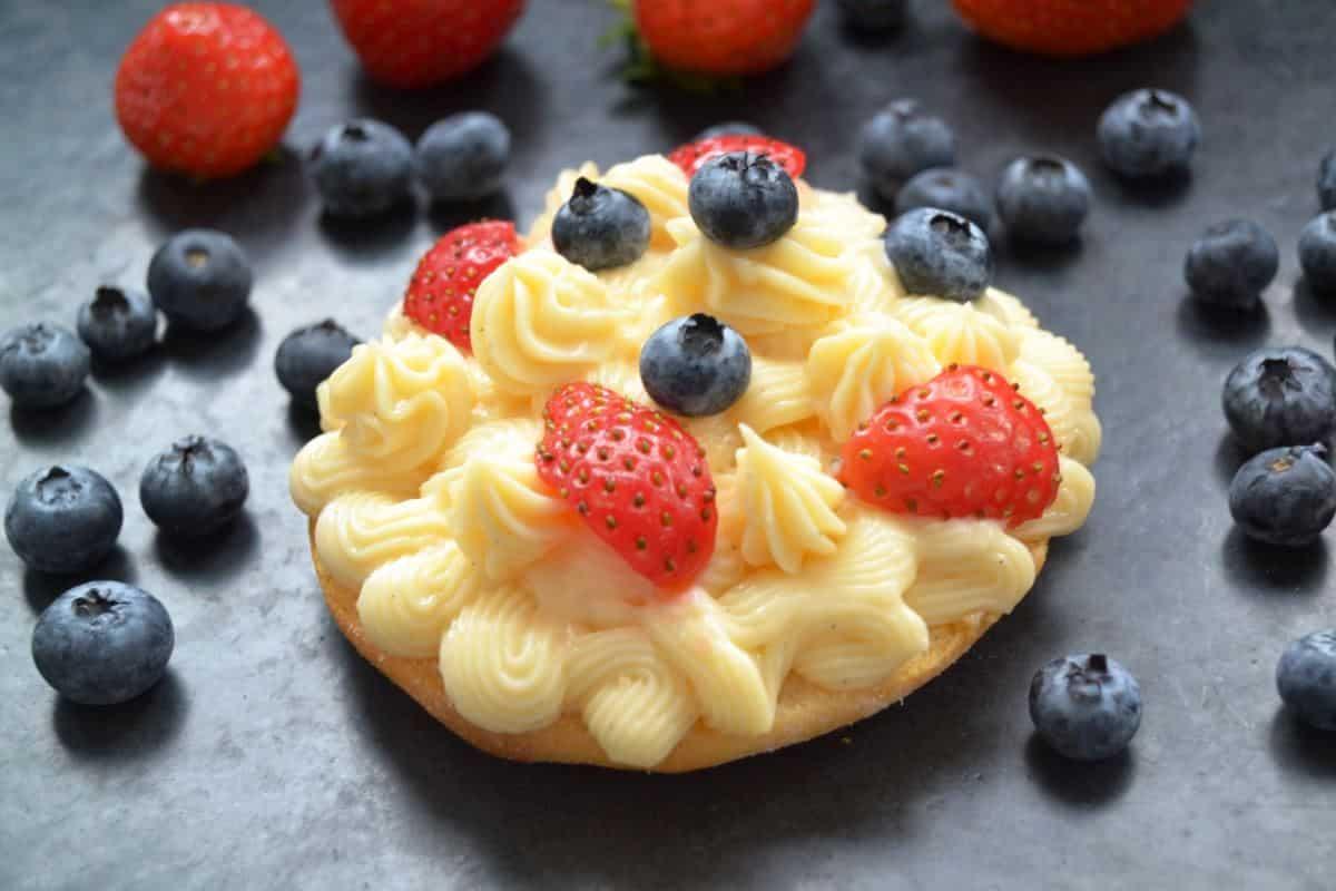 creme-patissiere-vanillecreme-rezept--konditorcreme mit Erdbeeren und Blaubeeren