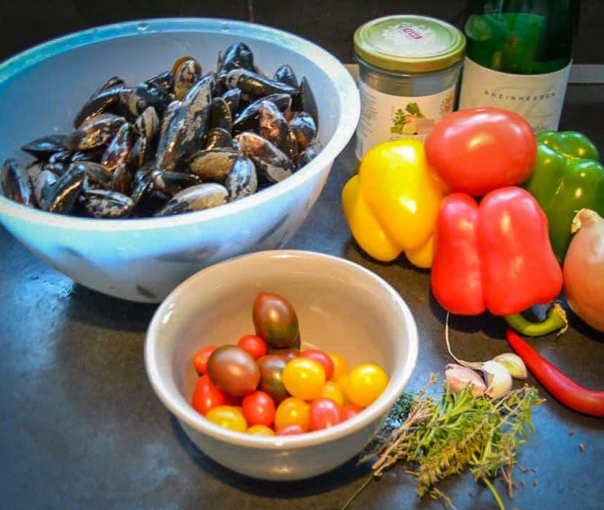 Zutaten Miesmuschel Rezept, Paprika, Muscheln, Chorizo, Kräuter und Tomaten