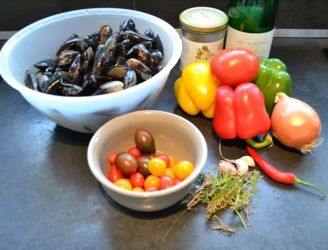 Miesmuscheln , Tomaten , Paprika , Kräuter , Chilischote , Wein