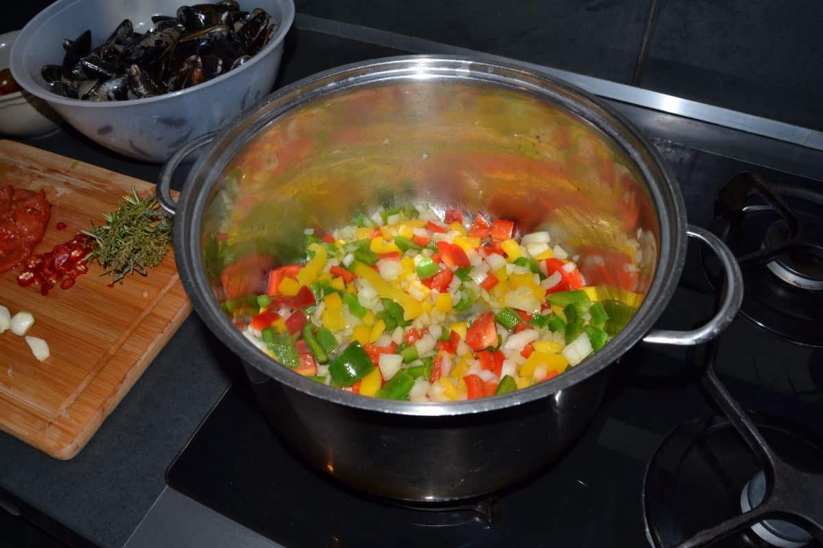 bunte Paprika , Zwiebel, Würfel dünsten