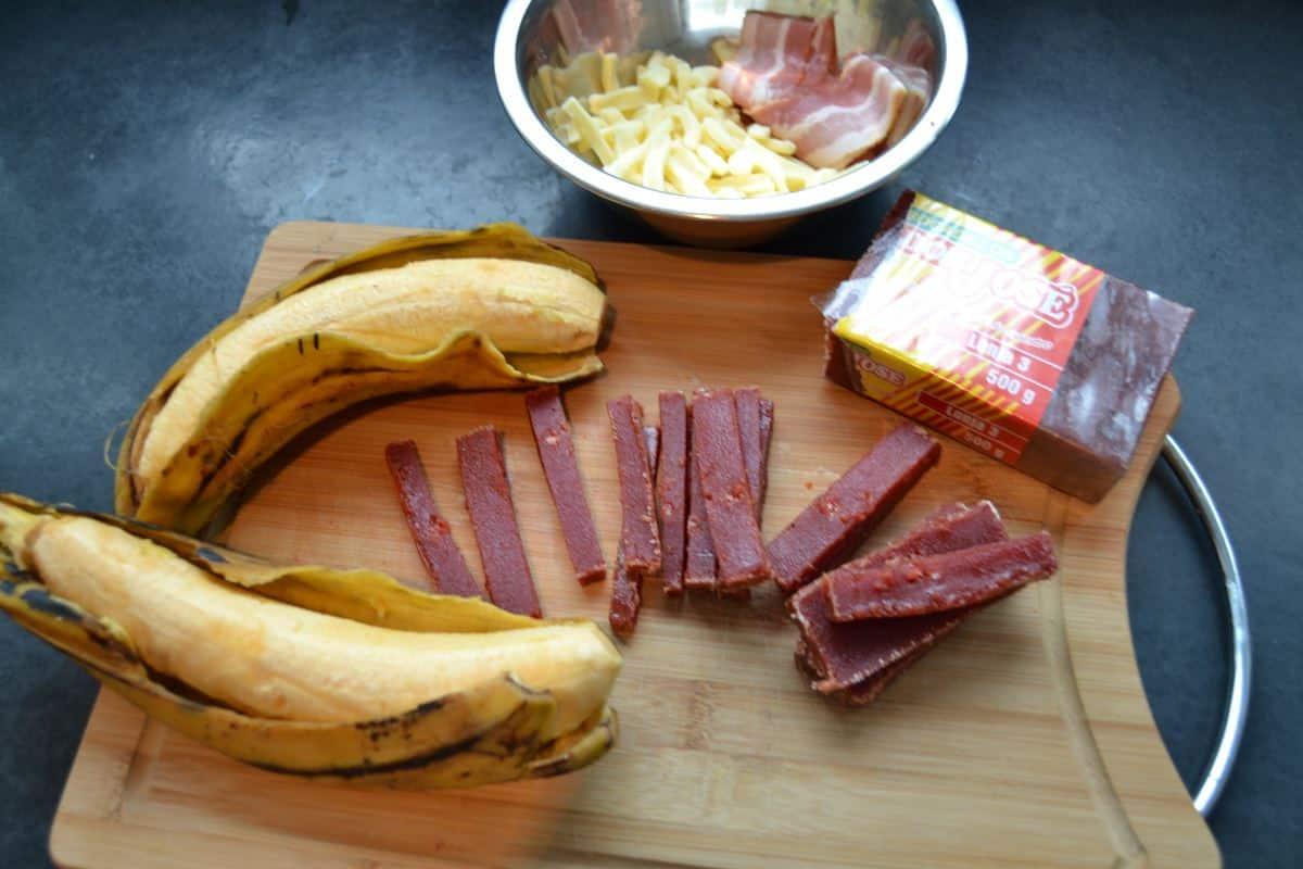 Bananen , Guavenpaste in Streifen , geriebener Käse und Bacon