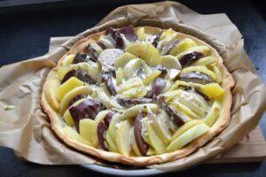 gebackene Tarte mit Blutwurst , Apfel und Kartoffelscheiben
