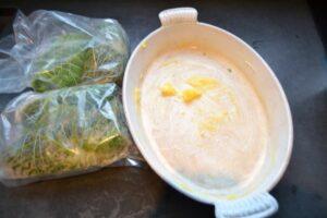 Wirsingrouladen und Auflaufform mit Butterschmalz