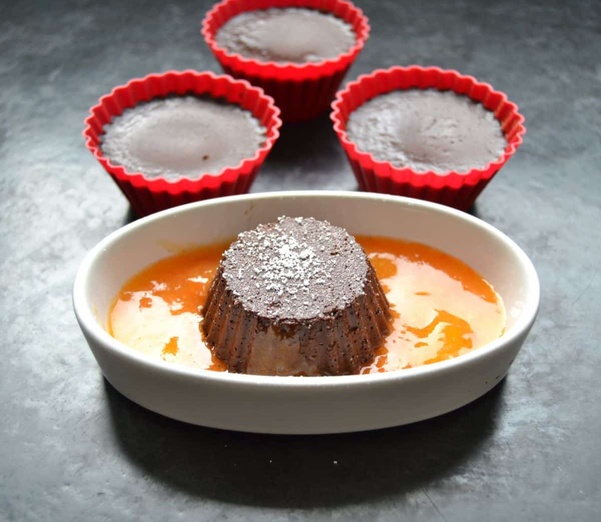 Schokoladen Dessert mit Kakifruchtsauce