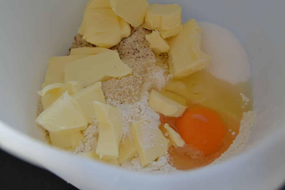 Mehl , Zucker , gemahlene Mandeln ,Vanillemark ,Butter , Ei