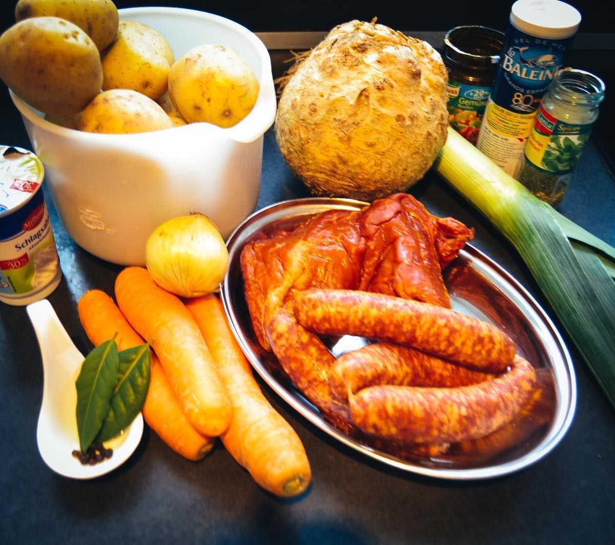 Kartoffeln, Möhren, Lauch, Sellerie und Mettwurst