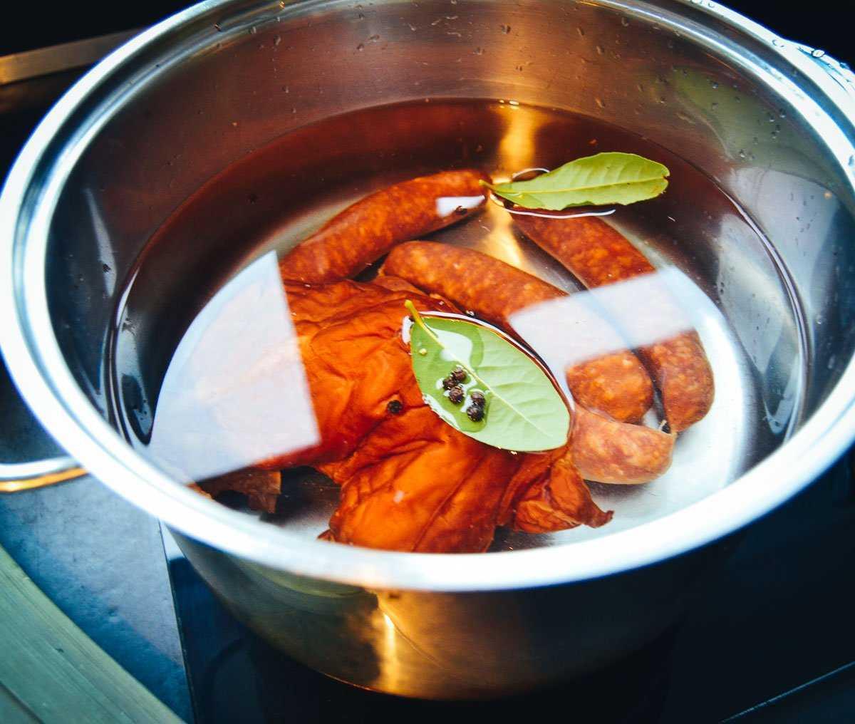 Mettwurst und Kassler kochen