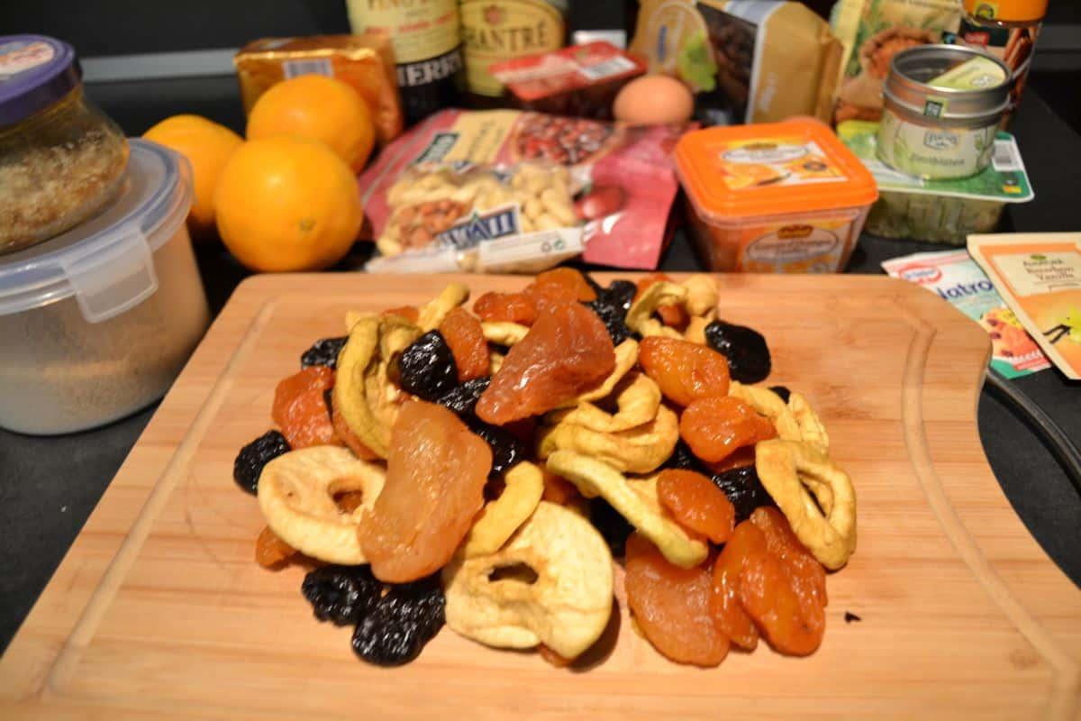 Trockenfrüchte , Orangen , Mandeln . Gewürze