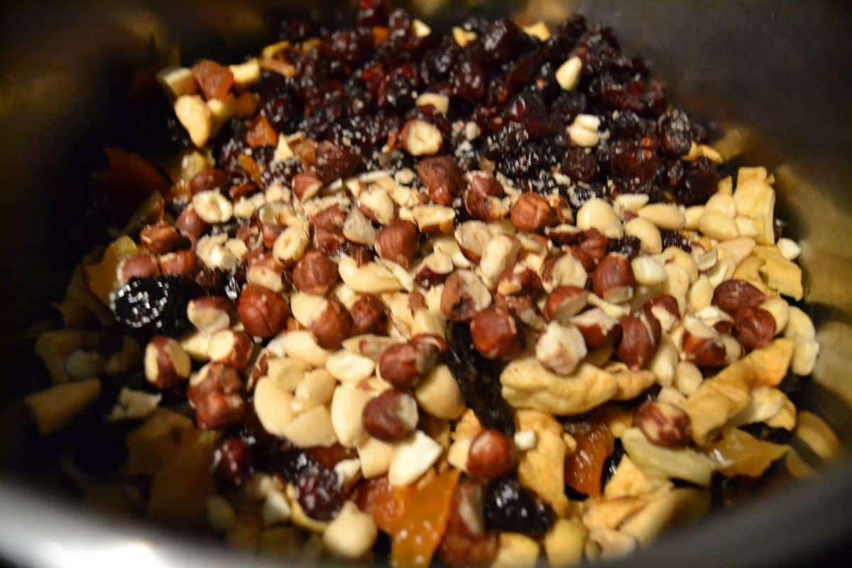 Nüsse ,Trockenfrüchte ,Orangenschale , Gewürze , Rohrzucker