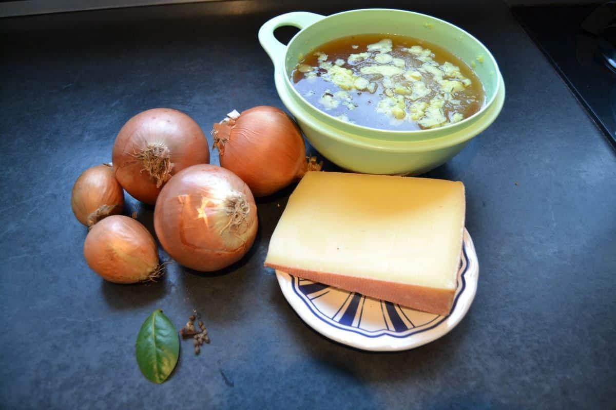 Zwiebeln , Käse , Lorbeerblatt.Rindfleisch Brühe