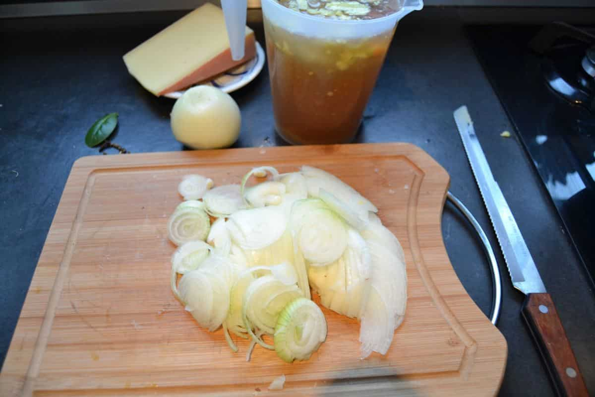 geschnittene Zwiebeln , Käse , Lorbeerblatt.Rindfleisch Brühe