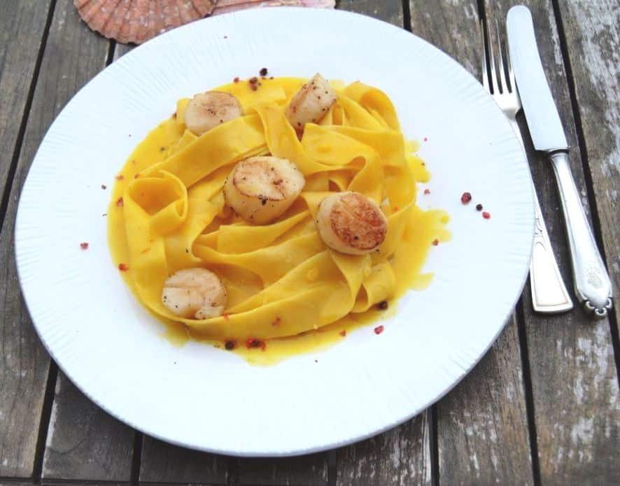 Jakobsmuscheln mit Safransauce und Pasta