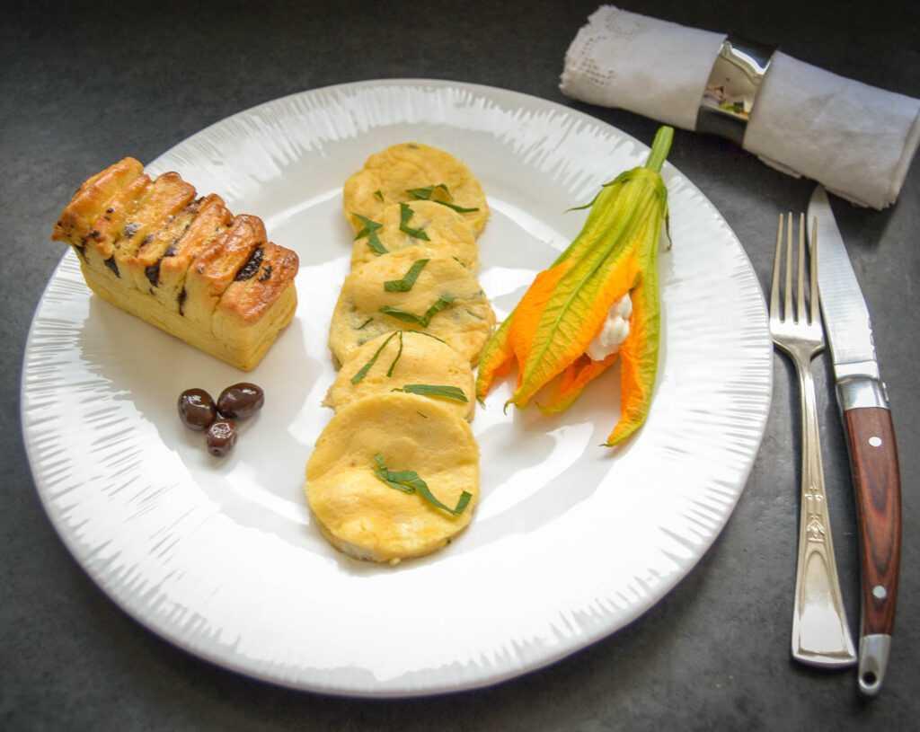 Omelette auf korsische Art mit Brocciu und Minze gefüllte Zucchiniblüte und Brioche