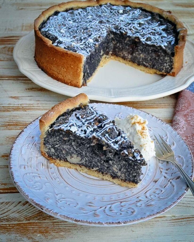 Mohnkuchen mit Sahne
