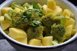 Brokkoli , gewürfelte Kartoffeln und Petersilie
