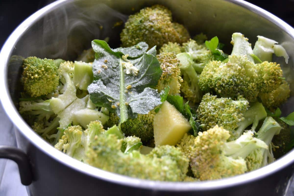 Brokkoli und Kartoffelwürfel mit Petersilie in Brühe kochen
