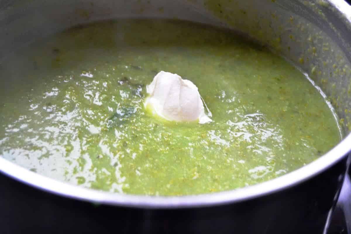 Brokkolisuppe mit Basilikum und Creme fraiche