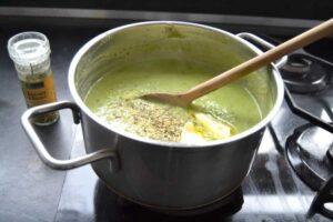 Brokkolisuppe mit Butter und Bärlauchsalz