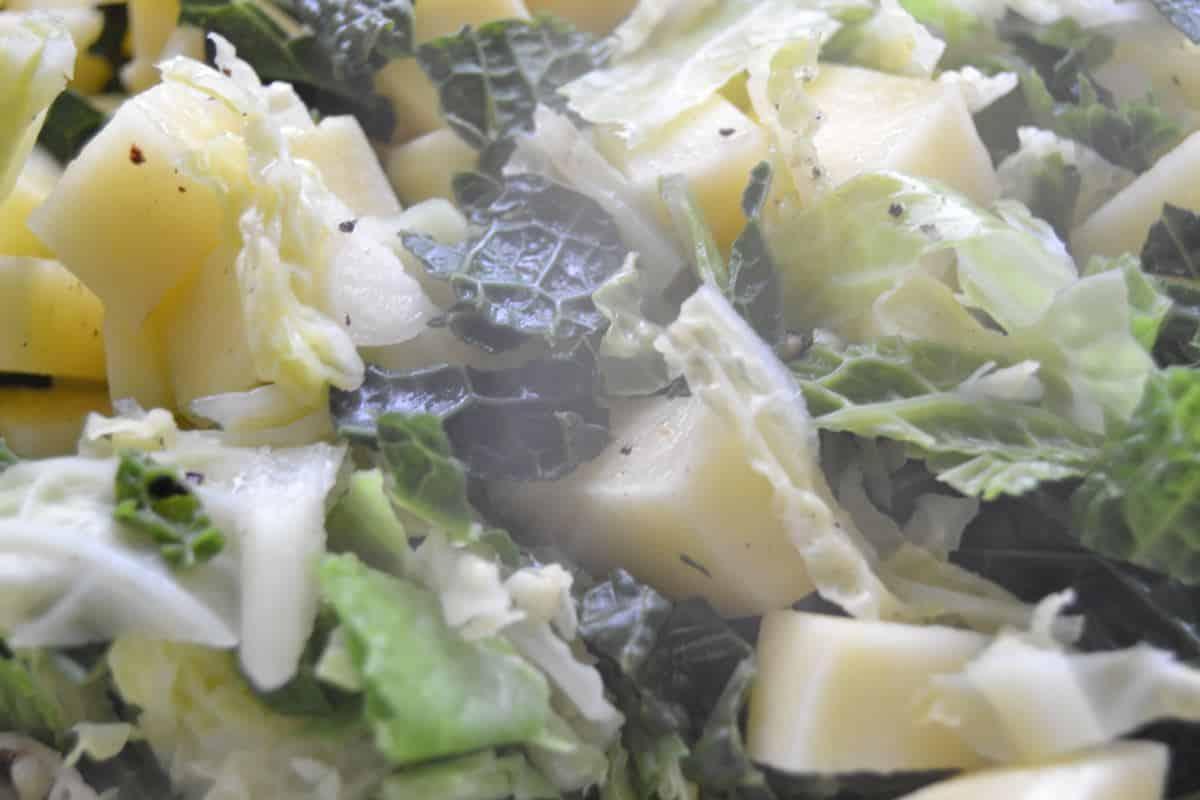 Fleisch,gewürfelte Kartoffeln und Wirsing kochen