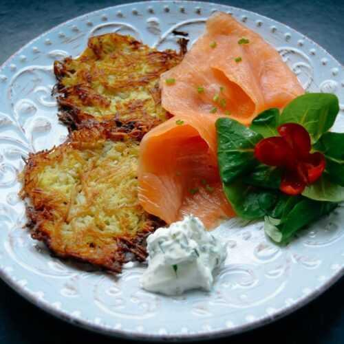 Kartoffelrösti mit Lachs, Dip und Salat