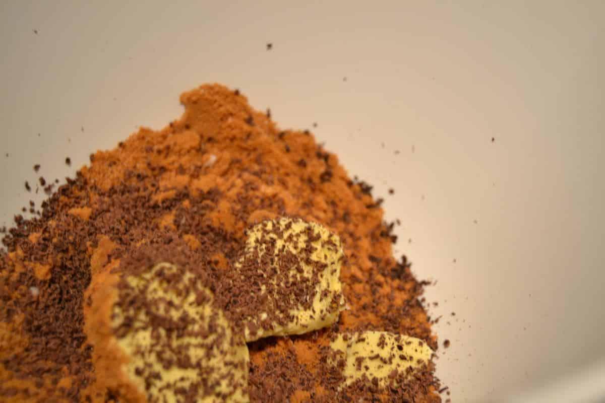 Spekulatiusbrösel , Butter ,geriebene Schokolade , Milchmädchen und Gewürz