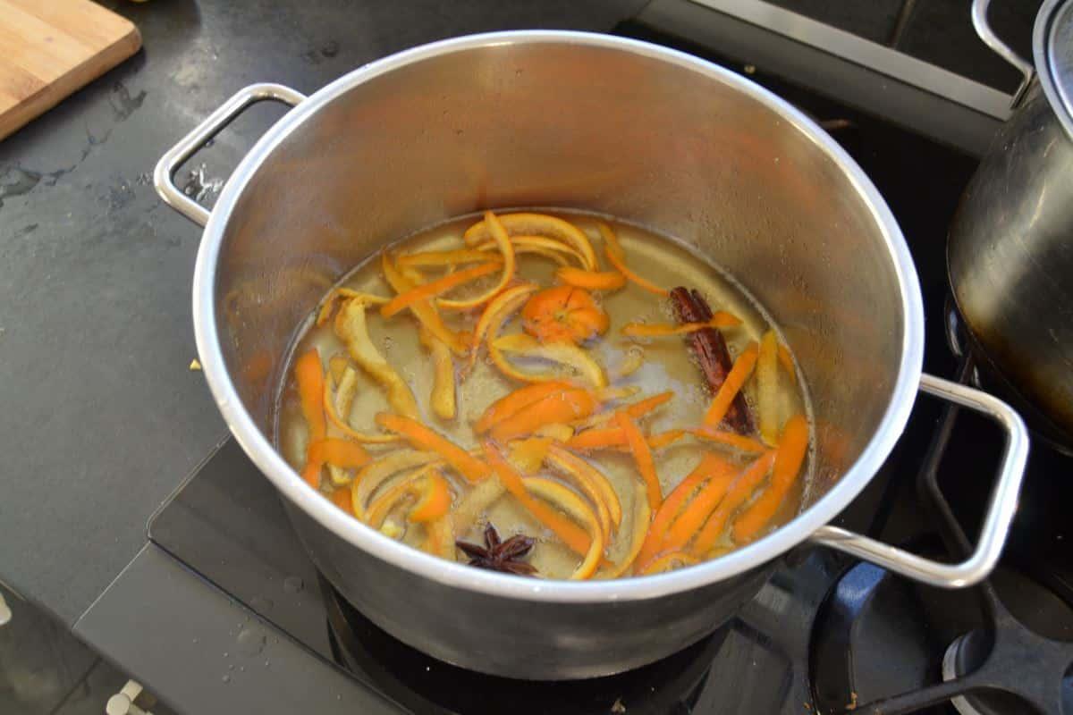 Orangenschale in Sirup kochen