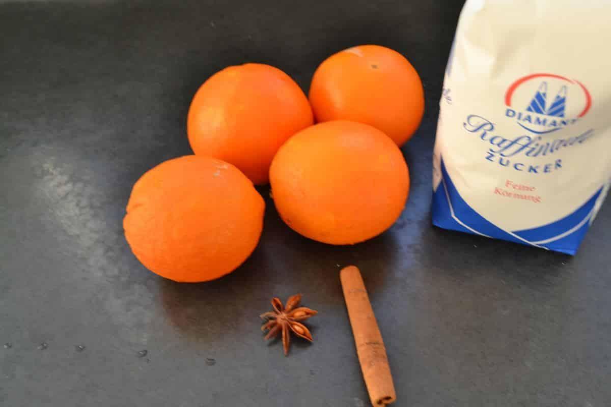 Orangen , Zucker , Zimtstange und Sternanis