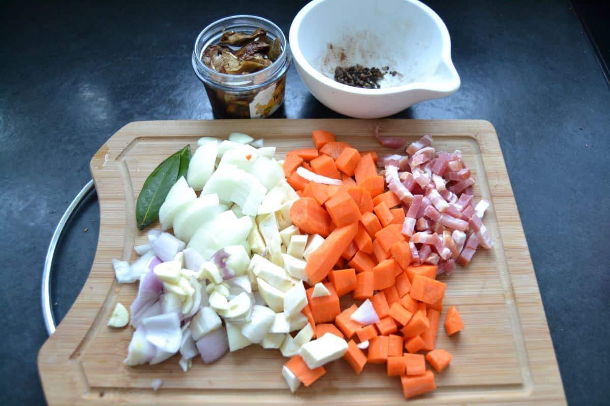 Möhren , Sellerie , Zwiebel gewürfelt Bacon und Lorbeerblatt , Steinpilze