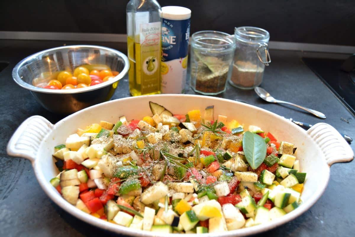 gewürfelte Zucchini Aubergine und rote , gelbe und grüne Paprikawürfel mit Kräutern der Provence