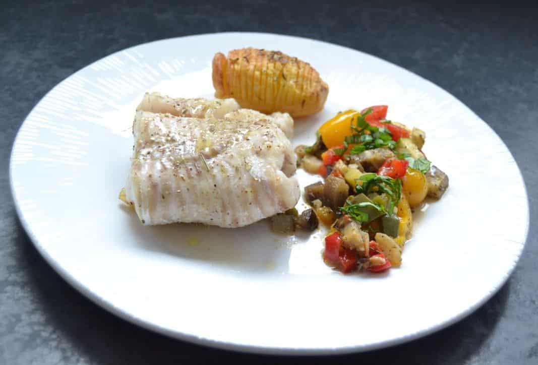Dorsch mediterran auf Ratatouille im Ofen gegart