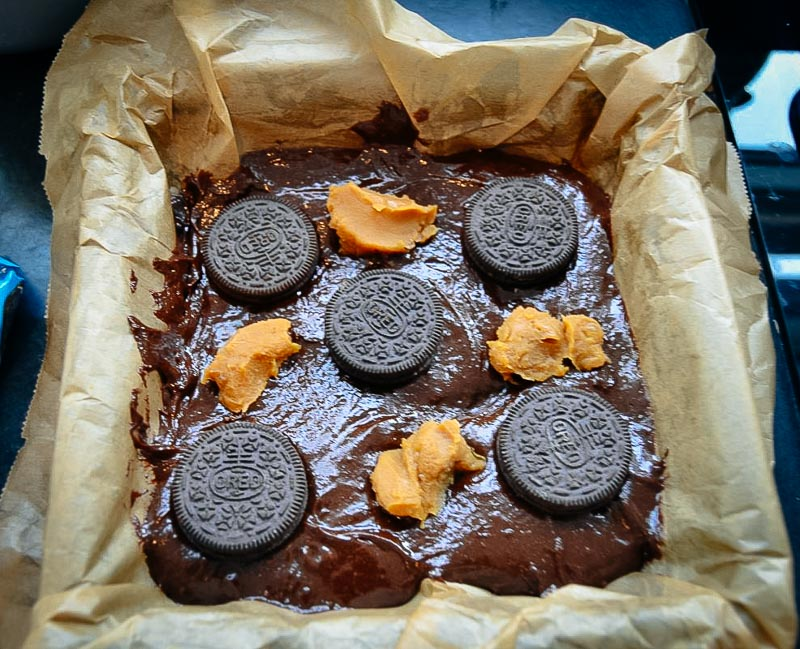 Brownie Teig mit Oreo Keksen und Dulce de leche