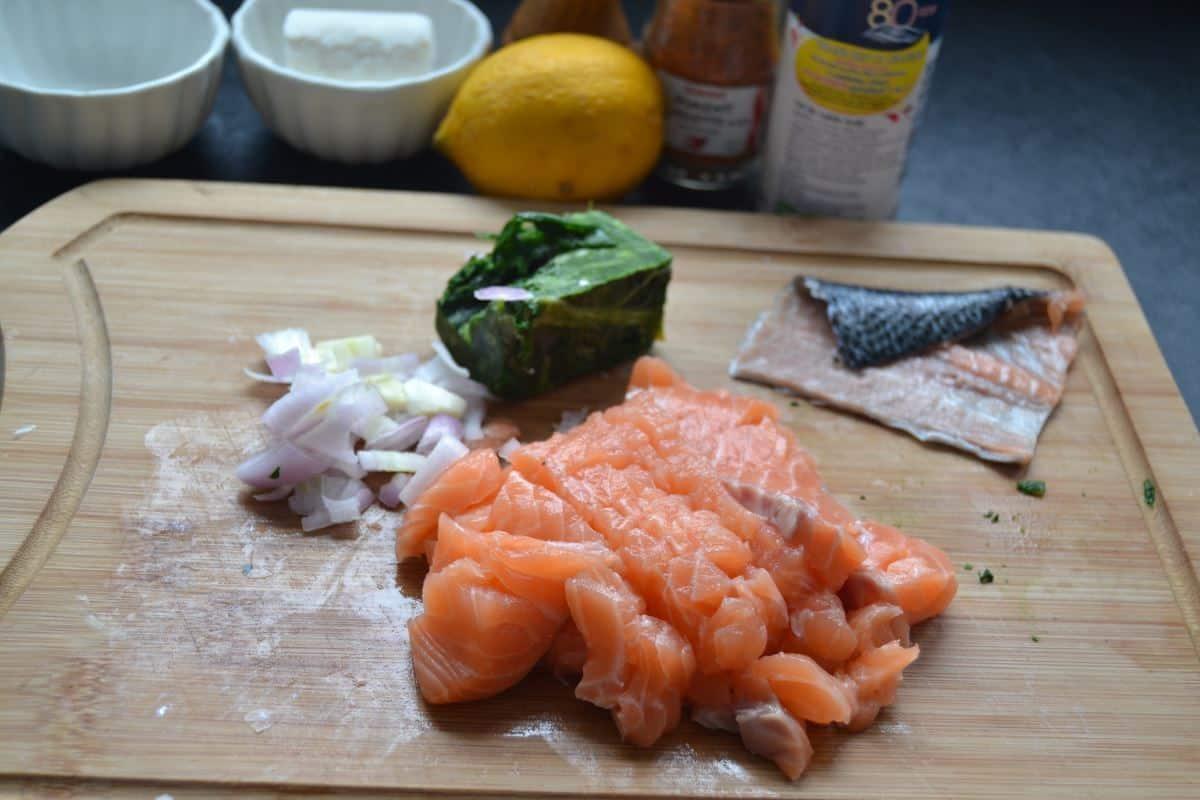 klein geschnittener Lachs und Schalotte