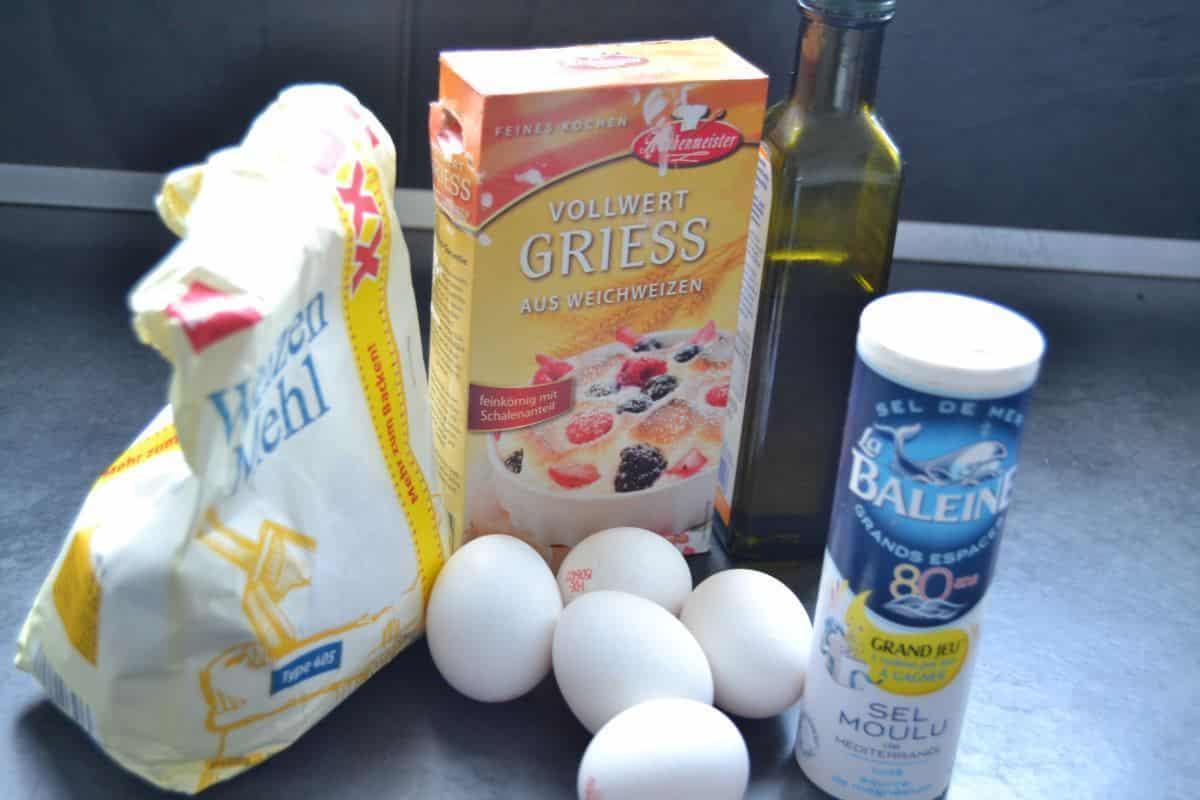 Mehl. Eier, Salz, Gries