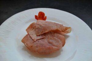 Toastbrötchen - Muffin mit gebratenem Schinken belegt