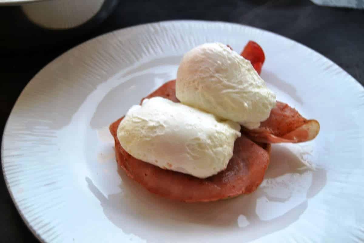 Toastbrötchen - Muffin mit gebratenem Schinken und pochiertem Ei belegt